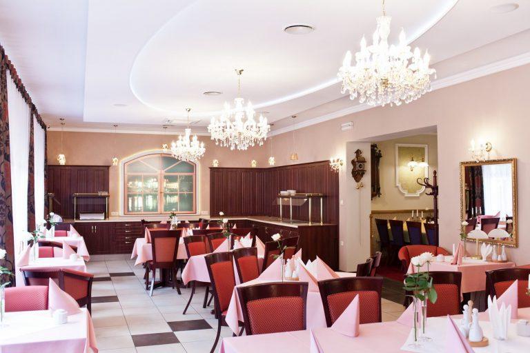 sala restauracyjna w domu nad rzeką