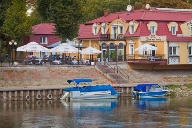 dom nad rzeką łodzie